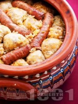 Коледна капама със сърми от кисело зеле, пълнени с кайма и ориз, свинско и телешко месо на пържоли, бекон и наденица в глинен съд / гювеч на фурна - снимка на рецептата